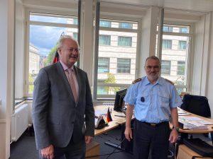Bernhard Pohl zu Besuch bei Generaloberstabsarzt Dr. Ulrich Baumgärtner in Berlin